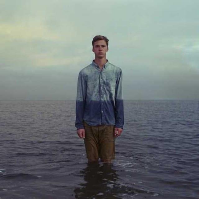 парень на фоне воды