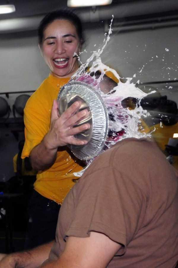 мужчина лицом в тарелке