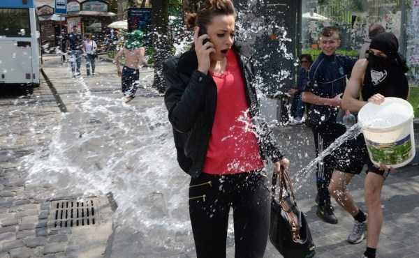 девушку облили водой