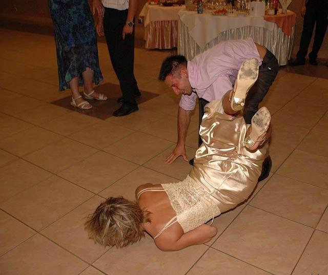 женщина упала на танцполе