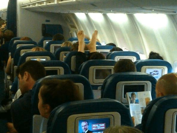 ноги на борту самолета