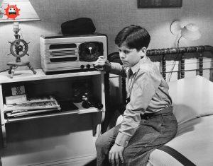 мальчик слушает радио