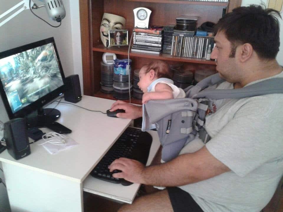 отец играет на компьютере с ребенком