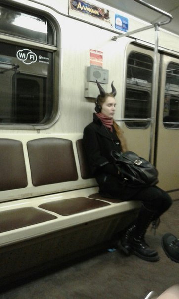 девушка с рогами в метро