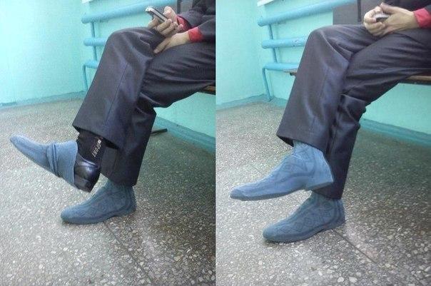 мужчина в носках поверх туфель