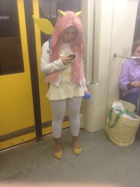 девушка с крыльями и розовыми волосами