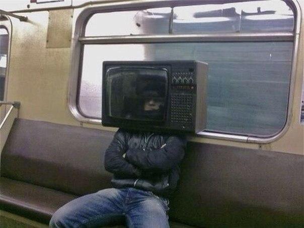 парень с телевизором на голове
