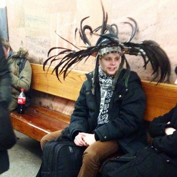 парень в шляпе с перьями