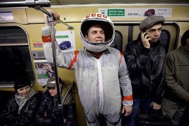 мужчина в костюме космонавта в метро