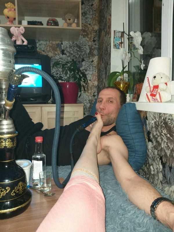 мужчина курит кальян