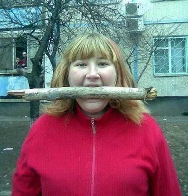 девушка с палкой в зубах