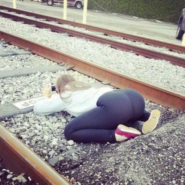 девушка лежит на рельсах