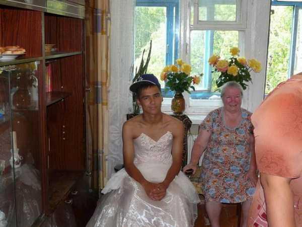 парень в свадебном платье и бабушка