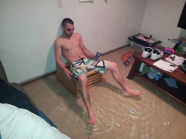парень в затопленной комнате