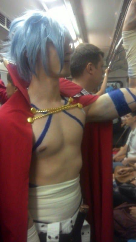 парень в голубом парике и красной накидке