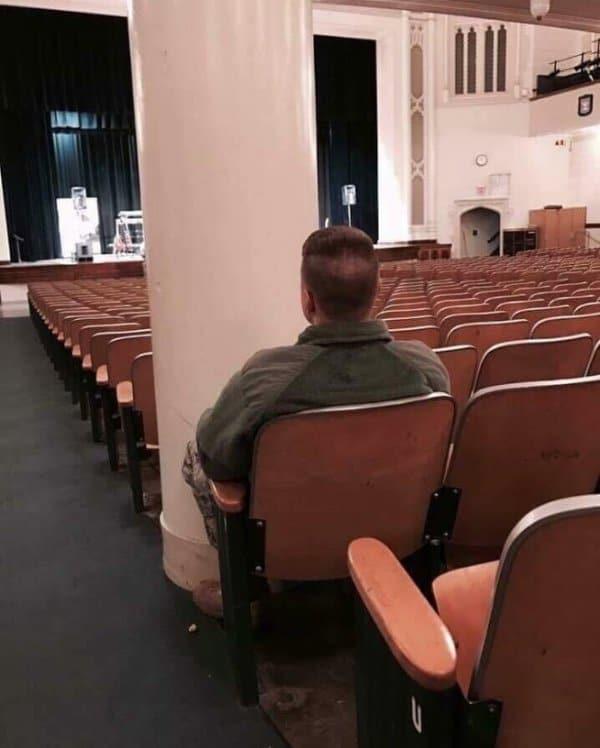 кресло за колонной