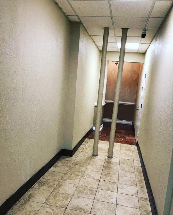 две трубы в коридоре