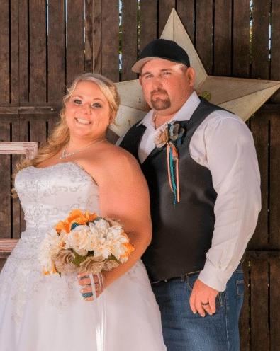 полная невеста и жених в кепке