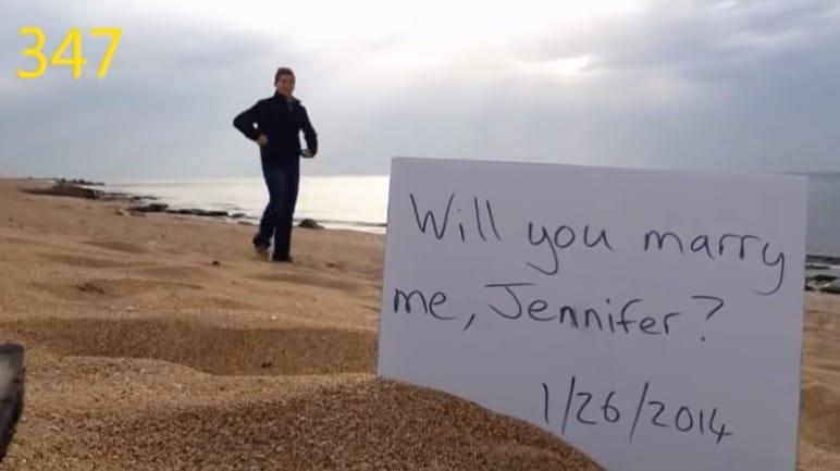 записка с предложением руки и сердца на пляже