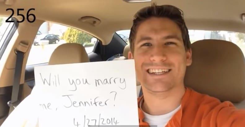 """мужчина с листом бумаги со словами """"Выходи за меня замуж"""""""