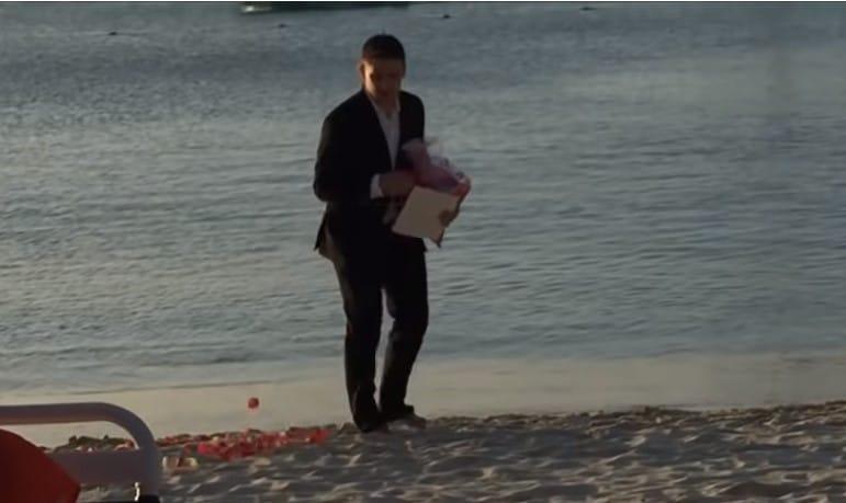 мужчина идет по берегу