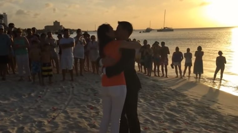 девушка и парень целуются на берегу