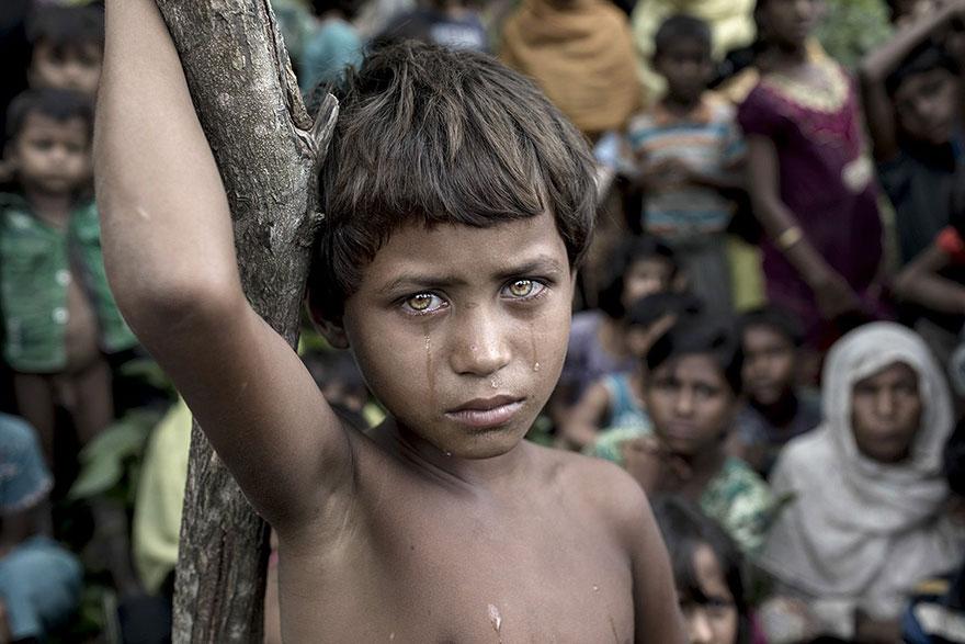 ребенок со слезами без одежды у дерева