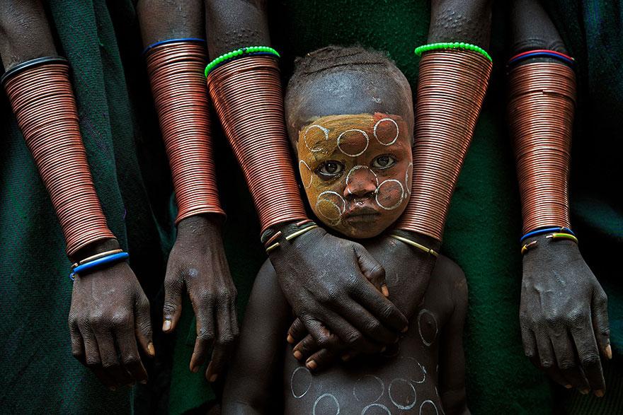 африканский ребенок с раскрашенным лицом