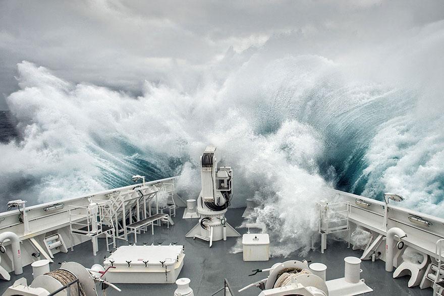 буря в море, шторм в океане, огромные волны заливают корабль