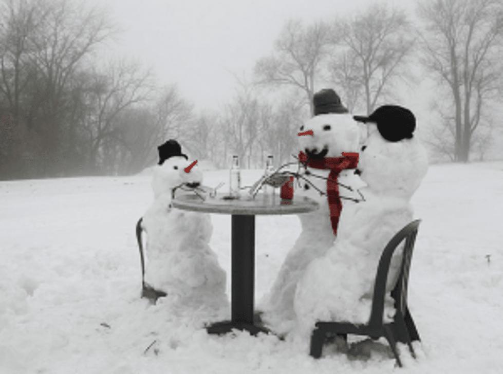 три снеговика за столом