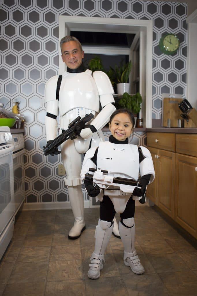 папа с дочкой в костюмах из звездных войн