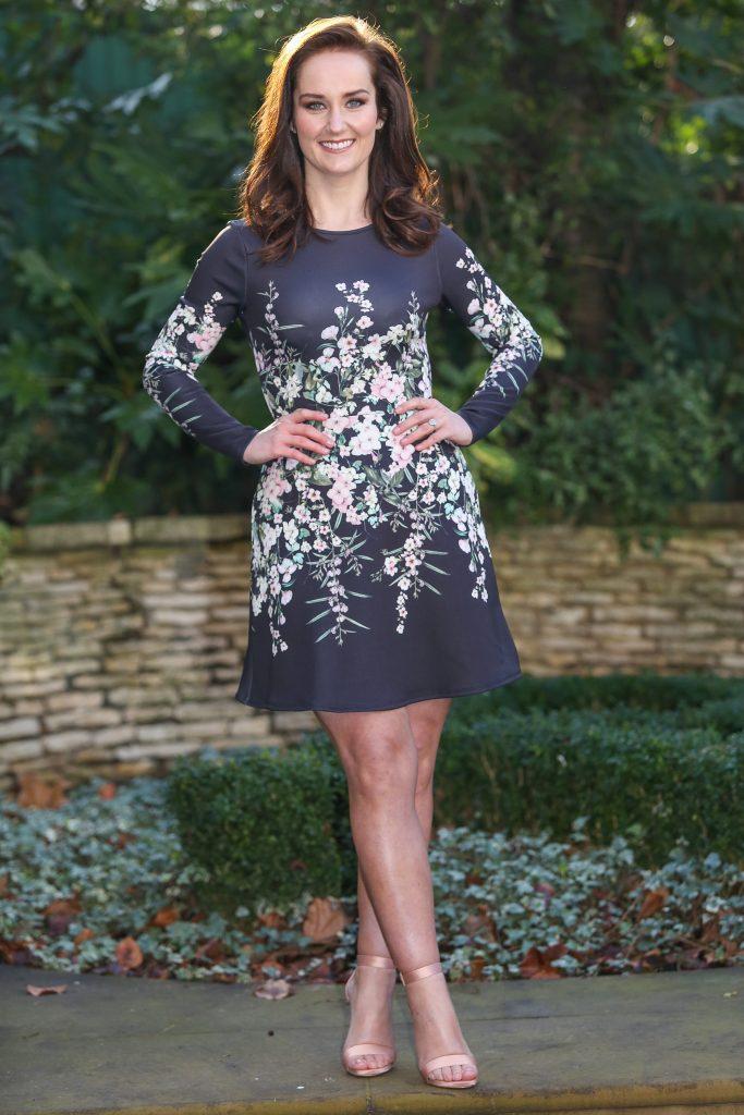 девушка стройная в темном платье с цветами