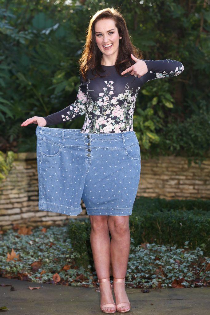 девушка похудела в два раза показывает надев большие шорты