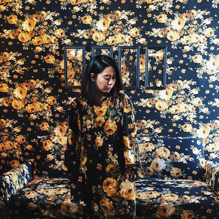 девушка в цветочной комнате