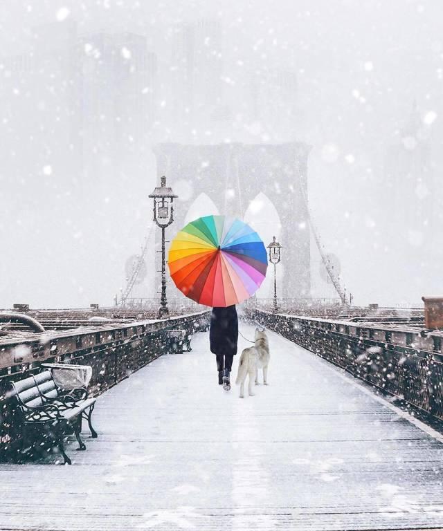 зимний мост и девушка с зонтом
