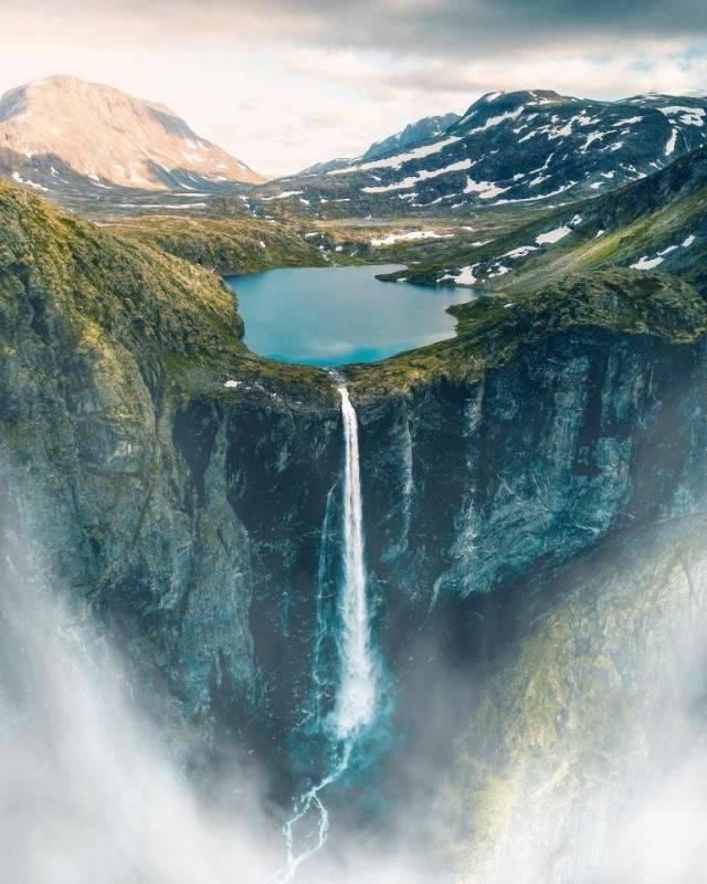 горы и водопад