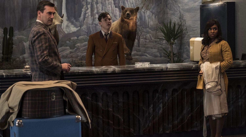 мужчины и женщина в холле возле чучела медведя