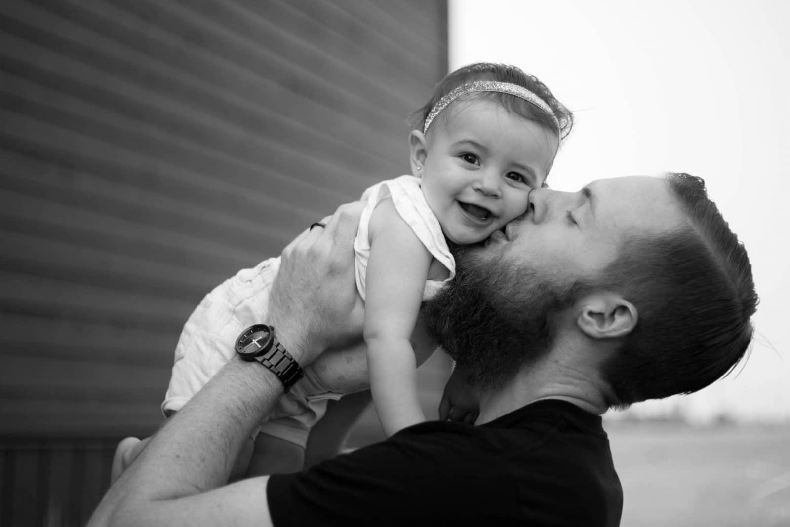 папа целует дочку