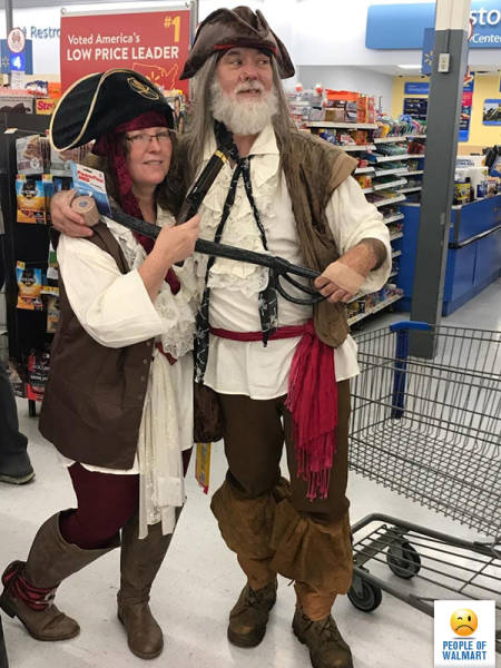 женщина и мужчина в костюмах пиратов