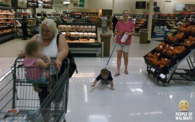 ребенок на поводке в супермаркете