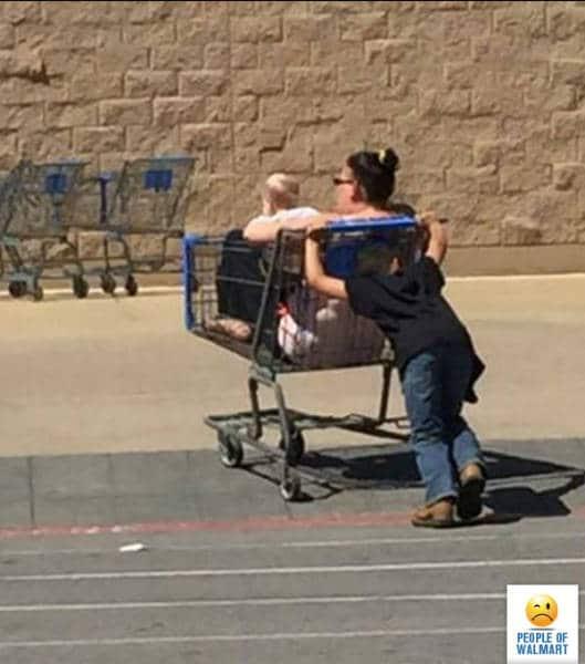 мальчик толкает маму в тележке