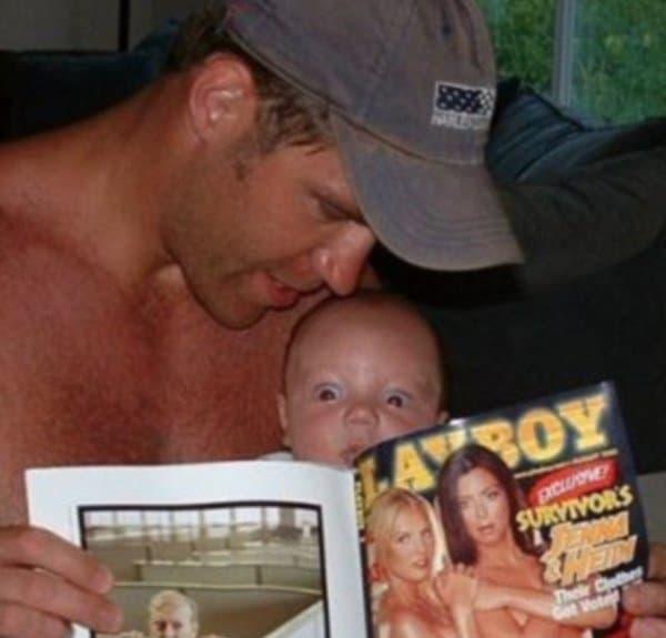 папа показывает сыну журнал