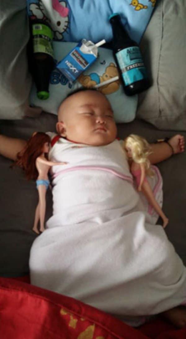 малыш спит с куклами