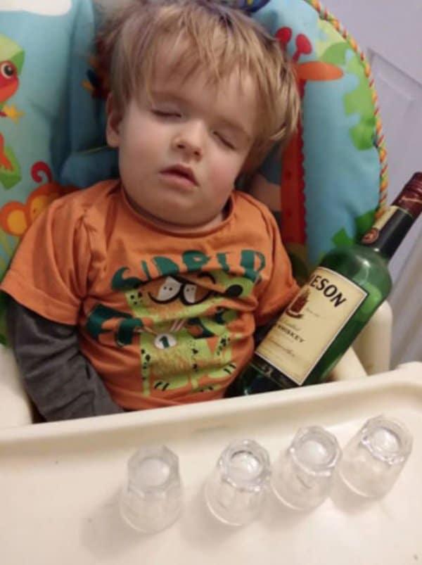 мальчик спит с бутылкой виски