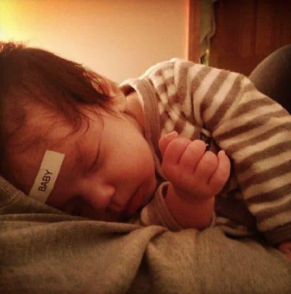 ребенок с наклейкой на лбу