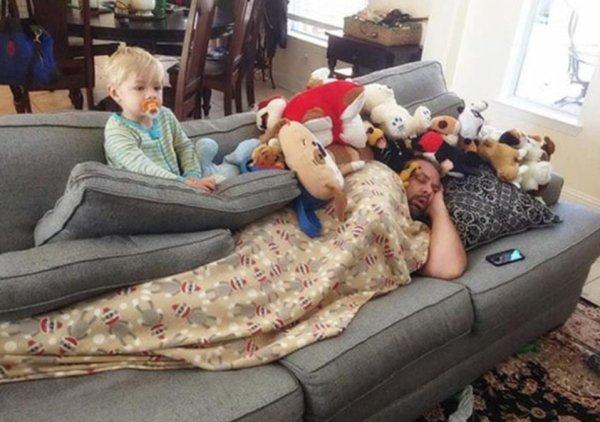 папа с ребенком на диване