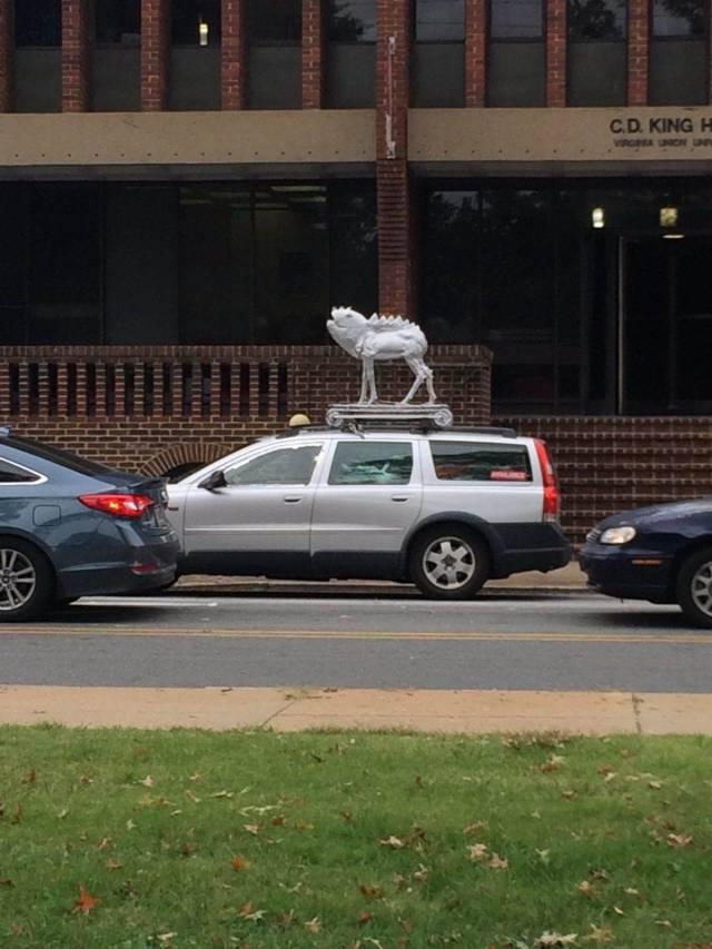 фигура динозавра на крыше авто