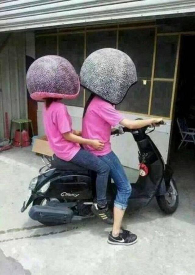 девушки в больших шлемах на мотороллере