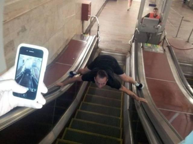 мужчина на эскалаторе
