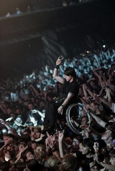 парень в коляске на концерте